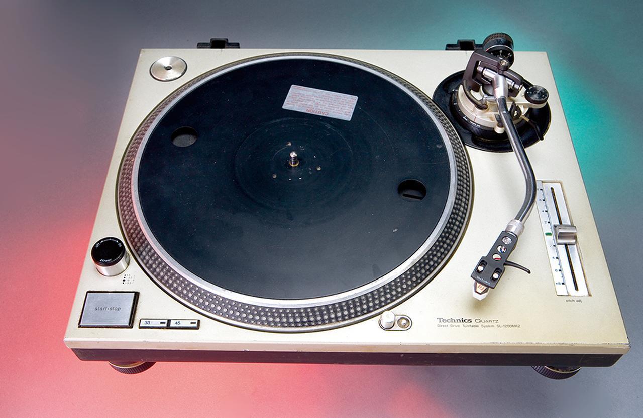 画像: グランドマスター・フラッシュが使ったターンテーブル。彼と彼のグループ、「グランドマスター・フラッシュ & ザ・フューリアス・ファイブ」は、1982年発売のシングル曲『ザ・メッセージ』によって音楽業界の主流に食い込んだ最初のヒップホップ体現者だ NATIONALMUSEUM OF AMERICAN HISTORY, SMITHSONIAN INSTITUTION