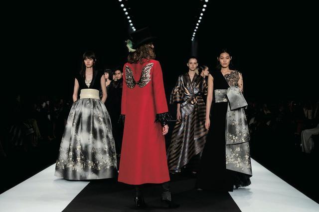 画像: TAE ASHIDAの2018/2019秋冬コレクションより。 真紅のロングコートを纏ったモデルは、ショーの最後に全モデルを率いて再度登場する COURTESY OF TAE ASHIDA