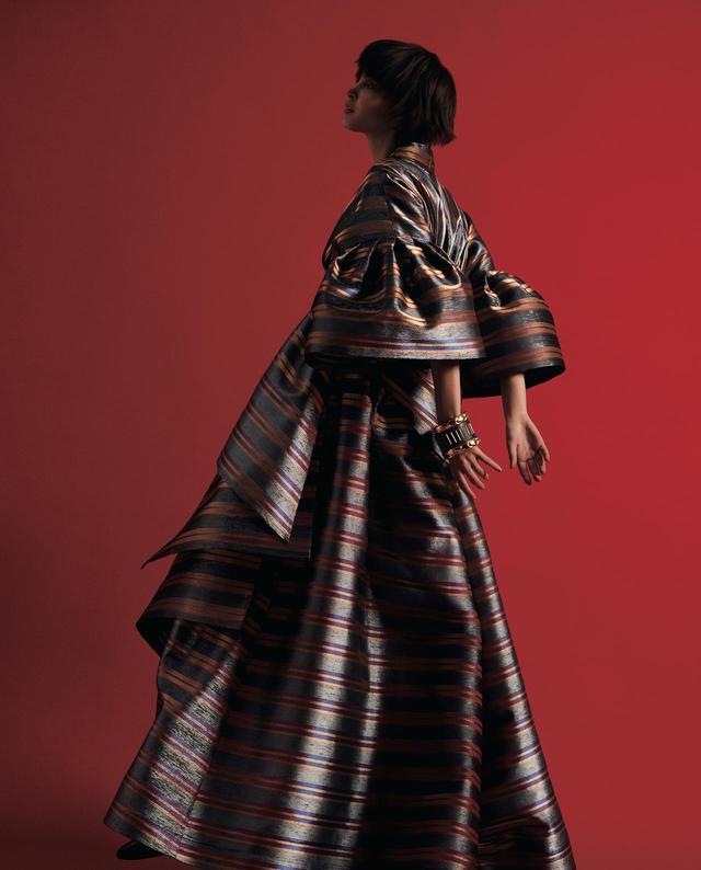 画像: TAE ASHIDAの2018/2019秋冬コレクションより。 ヴィスコースシルクで作られたジャパネスクなムードのドレス。ビッグシルエットだが軽量。着心地も忘れない PHOTOGRAPH BY YUSUKE MIYAZAKI(SEPT)