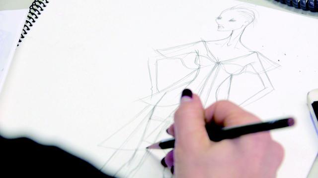 画像: 齊藤工監督によるドキュメンタリー映画『Embellir(アンベリール)』は、現在はホームページで観ることができる。芦田多恵がコレクションやショーの制作現場で日々奮闘する姿がとらえらえている COURTESY OF TAE ASHIDA