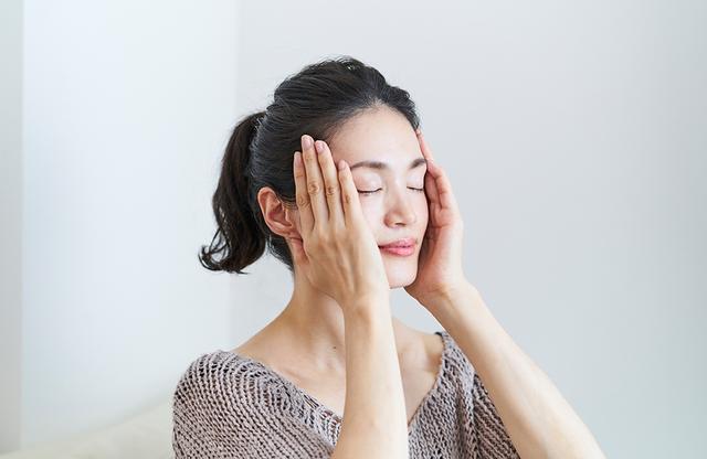 画像: クレ・ド・ポー ボーテ独自のお手入れ法、フェイスライン・コルセット美容「Vフォースシステム」のステップ1。 4本の手指を揃えて頬に添え、親指のつけ根でフェイスラインをはさむようにしながら、あごの先から耳の下まで引き上げる