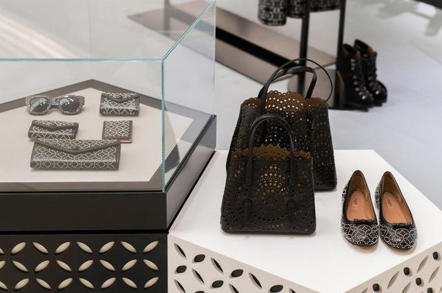 画像: シューズからハンドバッグ、財布、パスケース、アイウエアまで豊富なアイテムが店頭に並ぶ