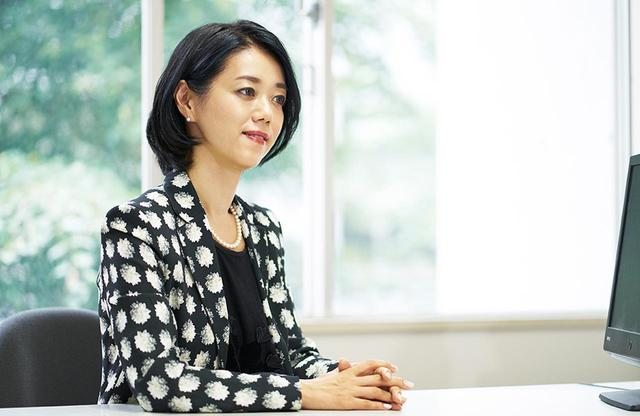 画像: 産業構造審議会委員、革新的事業活動評価委員会の委員など多くの仕事に携わり、休日はないという中室さん。「近年は政府をはじめ、自治体や企業、学校など本当に多くの組織と共同研究ができるようになりました。エビデンスに基づく政策形成という考え方が、ようやく日本にも浸透してきたと感じます」