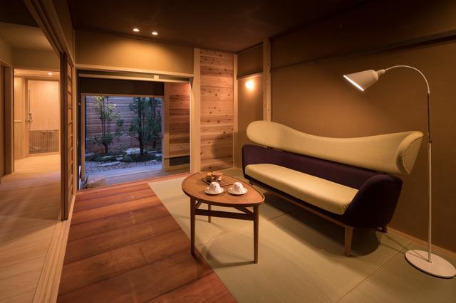 画像: 貸し切り棟「丸屋」のリビングに置かれたモダンなデンマーク家具。それぞれの棟には雰囲気にマッチした家具が選ばれ、異なる雰囲気を醸し出している