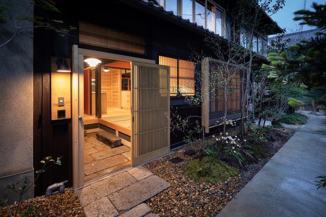 画像: 「鍵屋」外観。風情ある建物や植栽が、落ち着いた滞在を想起させる