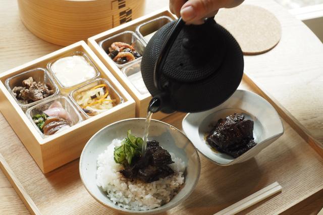 画像: 「近江屋」にあるレストランスペースでは、ほかの棟の宿泊者にも希望により朝食が用意される(別途料金)。滋賀の産物が並ぶ滋味豊かなヘルシーな朝食 PHOTOGRAPHS: COURTESY OF JIYUJIN