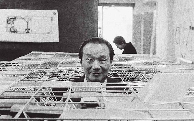 """画像: 丹下健三による""""大屋根""""の模型から顔を出す太郎。実物の塔も""""大屋根""""を突き破る形で完成した ほかの写真をみる"""