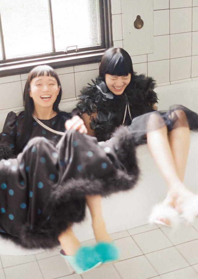 画像: ふわりとした羽根飾り、バレリーナのようなチュチュ。非日常的な装飾が気分を明るく高揚させるドレスのセラピー (左)水玉ドレス¥776,000、ミュール¥87,000(参考価格) マルベリージャパン(マルベリー) フリーダイヤル: 0120-097-428 (右)オーガンジーの羽根をあしらったベスト¥165,000、スカート¥45,000、 コム デ ギャルソン(ノワール ケイ ニノミヤ) TEL. 03(3486)7611 ミュール¥8,800 ヘイトアンドアシュバリー TEL. 03(5453)4690 (左右ともに) パールのロングネックレス<アコヤ真珠、WGK18、約400㎝>¥4,300,000 ミキモト カスタマーズ・サービスセンター(ミキモト) フリーダイヤル: 0120-868-254