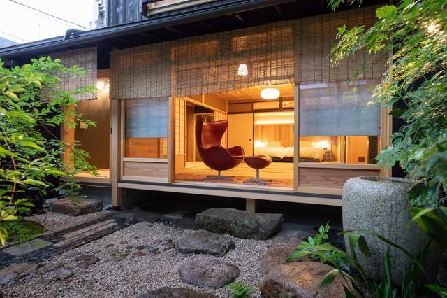 画像: 5室の客室からなる「茶屋」。1階には、客室から日本庭園が楽しめる部屋も。秋、虫の声が響く庭の風情は、町中の町家宿とは思えないもの