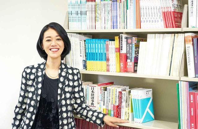 画像: 慶應義塾大学湘南藤沢キャンパスの研究室にて。自身の専門である教育経済学について語る言葉はよどみなく、まなざしもきりりと鋭いが、大好きなファッションや愛猫の話になるとチャーミングな笑顔がこぼれる
