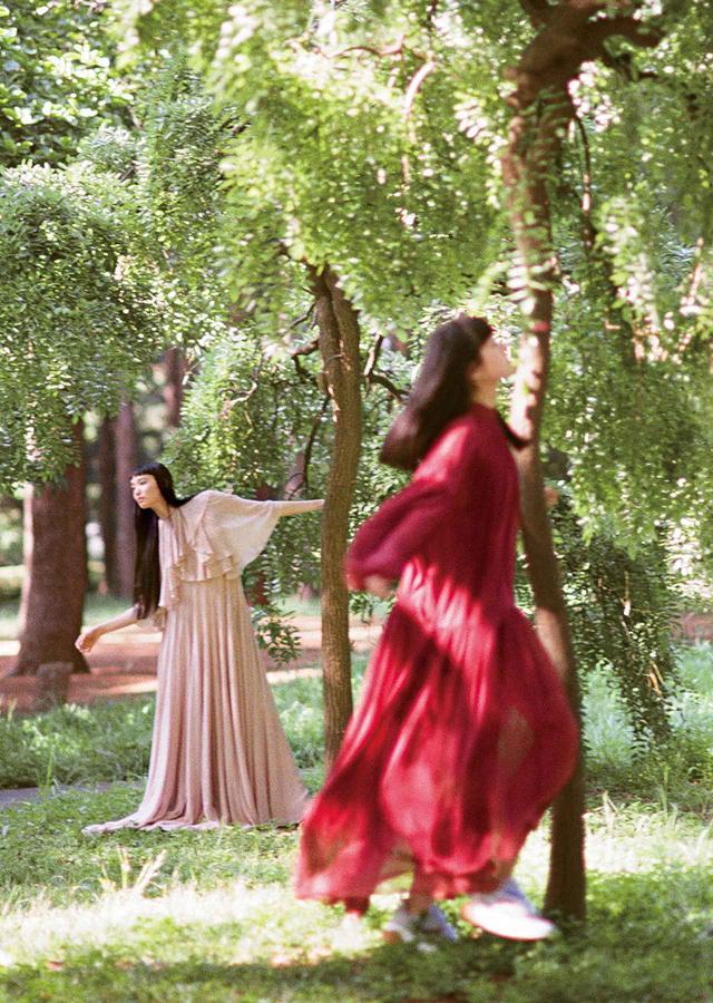画像: 軽やかなシフォンのドレスは妖精の羽根のように自由でアクティブ! (左)水や風の流れのような見事なドレープ。ドレス¥1,120,000 ヴァレンティノ インフォメーションデスク(ヴァレンティノ) TEL. 03(6384)3512 (右)足もとはやはりスニーカーで。ドレス¥259,000、スニーカー¥81,000 ステラ マッカートニー ジャパン(ステラ マッカートニー) TEL. 03(6427)3507