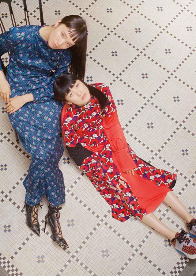 画像: アール、ヌーボーやアール、デコの時代にドレスでタイムトラベル。写真の邸宅のタイルは90年前のもの。ドレスも建築も古きよき時代の美を慈しみつつアップデートして現在形で日常的に楽しむ (左)サイドスリットのドレス¥357,000、ブーツ¥120,000(ともに予定価格) ミュウミュウクライアントサービス(ミュウミュウ) フリーダイヤル: 0120-451-993 (右)左右の袖がアシンメトリーなドレス¥279,000、スニーカー¥89,000 マルニジャパン(マルニ) TEL. 03(6416)1024