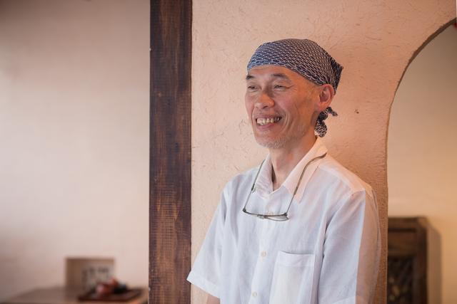 画像: ご主人の楊 明龍さん。もともとデザイン関係の仕事をしていて、経堂にカフェをオープン。10年前に吉祥寺へ移転した。メニューの写真は全部、楊さんが撮影するほどの腕前