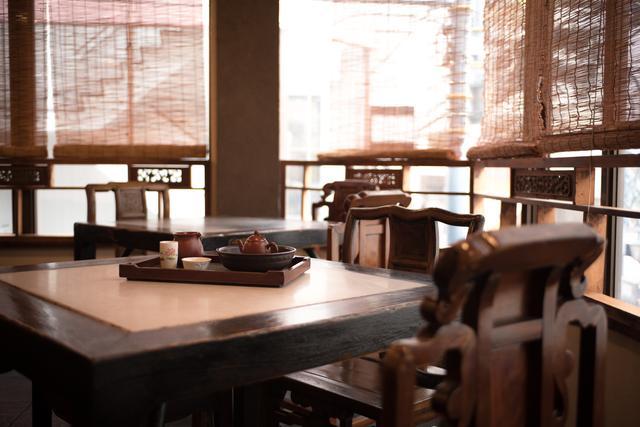 画像: 細い階段を上がって2階へ。古民家風の店内では、本場台湾の茶芸館の雰囲気を味わうことができる