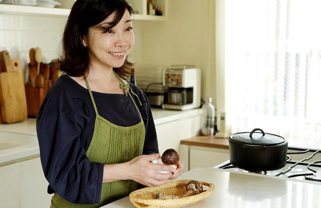 """画像: 今年4月から、料理教室「cuisine et vin」を開講した平野さん。「ひと皿の料理を通じて、料理がうまくなること、を知るのがテーマ。野菜や肉の扱い方、火の入れ方、ソースの作り方といった料理の""""文法""""がわかると、お料理すること自体がうまくなります」"""