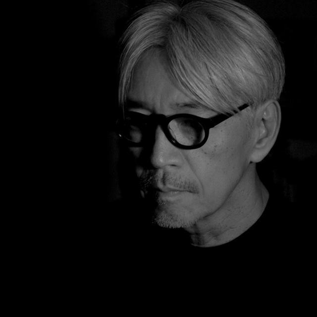 画像: 坂本 龍一(RYUICHI SAKAMOTO) 音楽家。数々の映画音楽の作曲や先端技術と音楽を融合したインスタレーション制作など、常に革新的なサウンドを追求する世界的アーティスト。2014年に中咽頭がんの診断を受け、休息期間を経て2015年『レヴェナント:蘇りし者』などの映画音楽で復帰 www.skmtcommmons.com