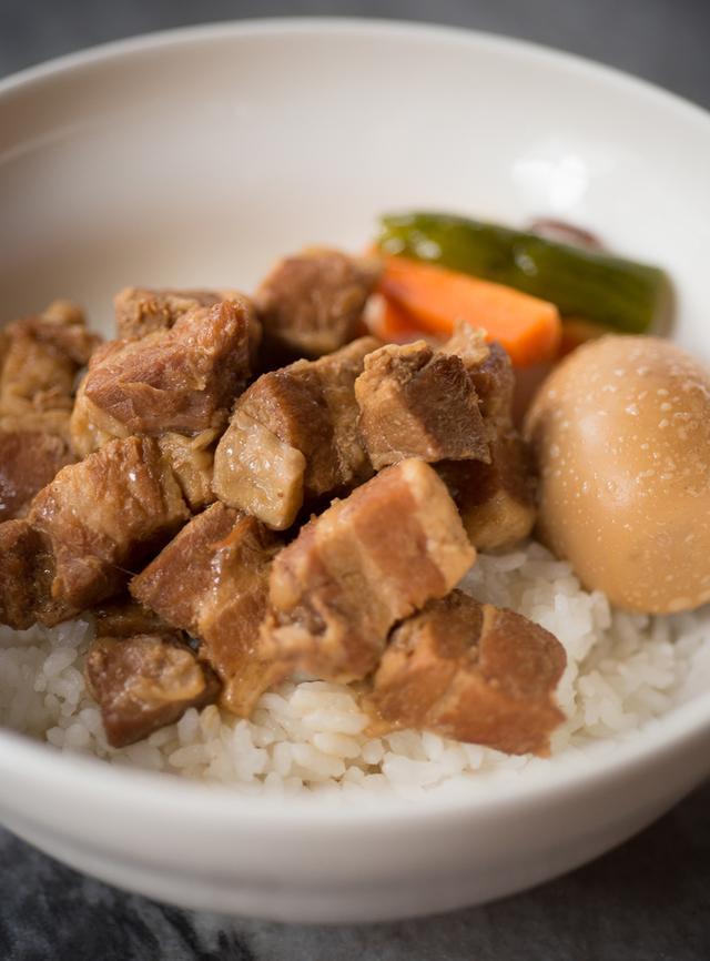 画像: 「楊家魯肉飯(台湾風肉煮込みかけご飯)」 ランチタイム(11:30〜15:00)は、サラダ・スープ付き¥900、単品¥1,050。ボリュームたっぷり、調味料控えめでやさしい味わい