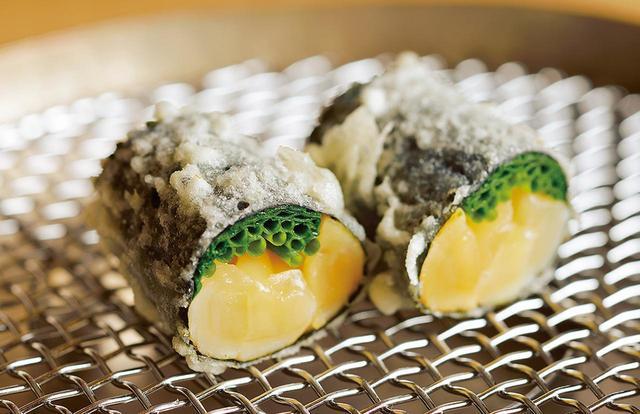 画像: サクッとした衣と新感覚の天ぷらネタの出会いが美しい。小柱を芽ねぎと合わせ、海苔で巻いて揚げた逸品の芽ねぎ小柱。レアな小柱の甘みが引き立つ