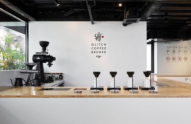 画像: 新世代に大人気のコーヒー店「GLITCH COFFEE BREWED@9h」。1階のエントランスを入ると、レセプションのようにゲストを迎える ほかの写真をみる
