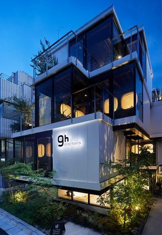 赤坂の中心地にありながら静かな一画に建つモダンな「9h」のビル