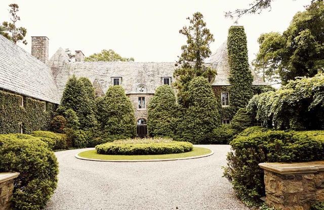 画像: 凜とした美しさが漂うローレン邸。 著名な造園家ロバート・ラドロー・ファウラーが1919年に建造した邸宅を80年代末に購入後、5年がかりで修復改装 ほかの写真をみる