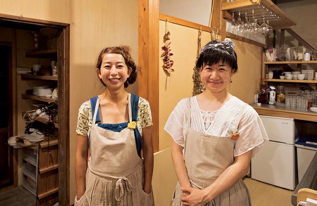 画像: 〈みんなの家〉のスタッフ、久保木さん(左)と関戸さん。 ふたりとも島外出身で、関戸さんは移住希望で伊東建築塾に参加したのち、家族でこの島に移り住んだ ほかの写真をみる