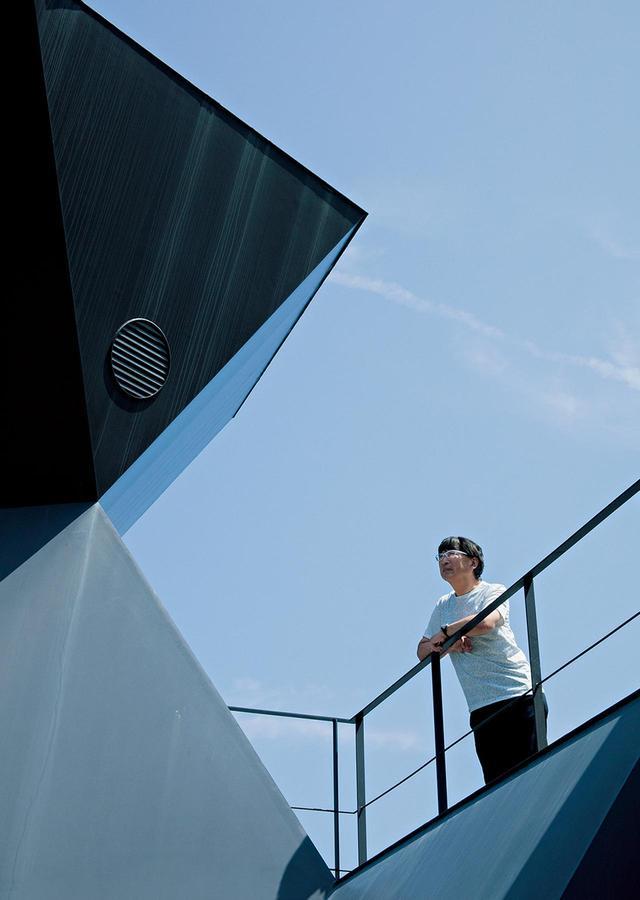 画像: 《スティールハット》のテラスから瀬戸内海を見つめる伊東 ほかの写真をみる