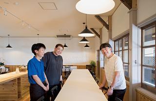 〈憩の家〉の食堂で伊東と談笑する経営者の藤原夫妻