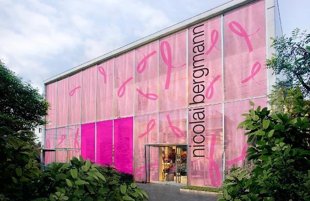 画像: 東京・南青山の「ニコライ バーグマン フラワーズ & デザイン フラッグシップ ストア」をピンクでデコレーションした「ピンクリボン フラワー カフェ」のイメージ。中央の濃いピンクのボードに、来場者は思い思いのメッセージを書き込むことができる PHOTOGRAPHS: COURTESY OF ESTĒE LAUDER