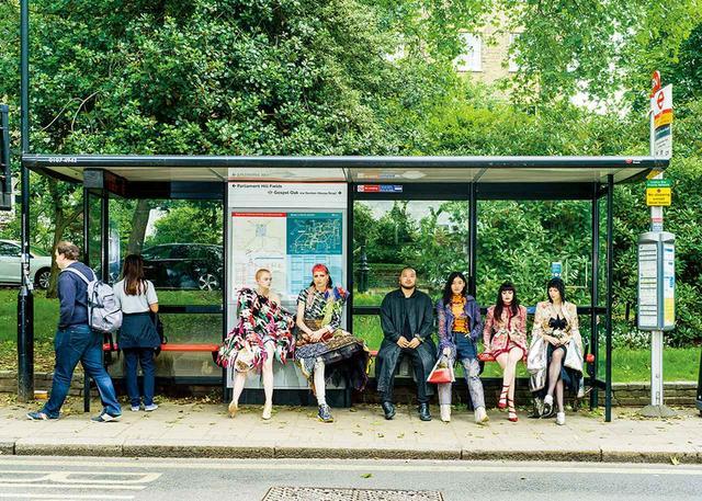 画像: それぞれの作品に身を包んだモデルと並ぶデザイナーたち。マティ・ボヴァン(左から2人目)、ア・サイ・タ(左から3人目)、ディラーラ・フィンディコグルー(右から2人目)