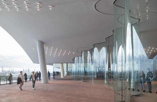 画像: 8階にあるプラツア(展望デッキ)の外は、エルプフィルハーモニーの展望デッキ。360°回遊できる 観覧時間:9:00~24:00(最終入場23:30) 事前予約: www.elbphilharmonie.de PHOTOGRAPH BY IWAN BAAN