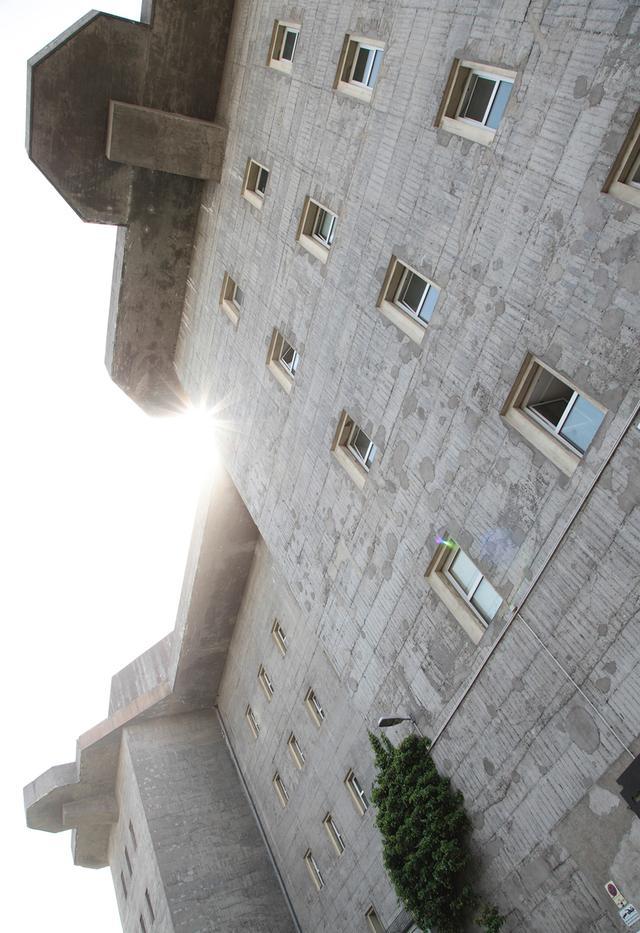 画像: レゾナンツラウムが入るビルは、第二次大戦時にヒトラーが造らせた高射砲塔付き防空壕。壁の厚さだけで4メートルあるそう PHOTOGRAPH BY JANN WILKEN