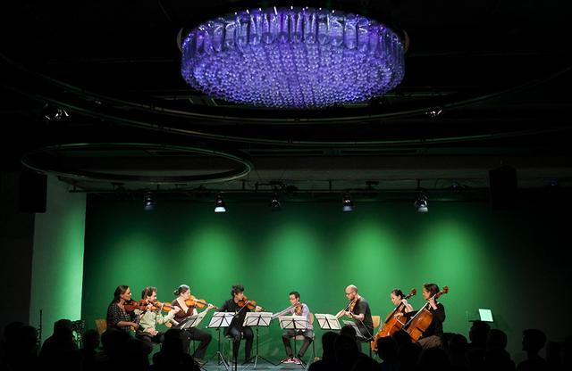 画像: レゾナンツラウム でライブ演奏を行うアンサンブル・レゾナンツ PHOTOGRAPH BY JANN WILKEN