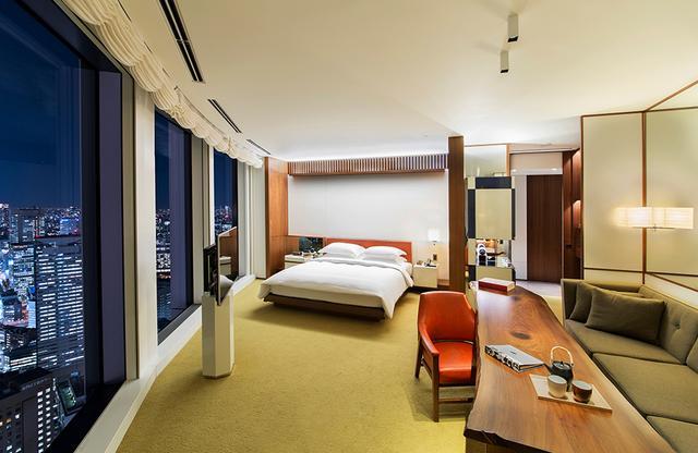 画像: 「アンダーズ ラージ キング」<65㎡>の寝室。 丸の内側の部屋でスカイツリーの眺望も楽しめる。ゆとりのバスルームには五右衛門風呂をイメージした円形のバスタブが設置されている