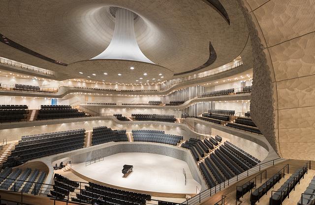 画像: エルプフィルハーモニー・大ホール。 ヴィンヤード型の客席はいちばん遠くても舞台から30メートルと、距離が近く感じられる PHOTOGRAPH BY IWAN BAAN
