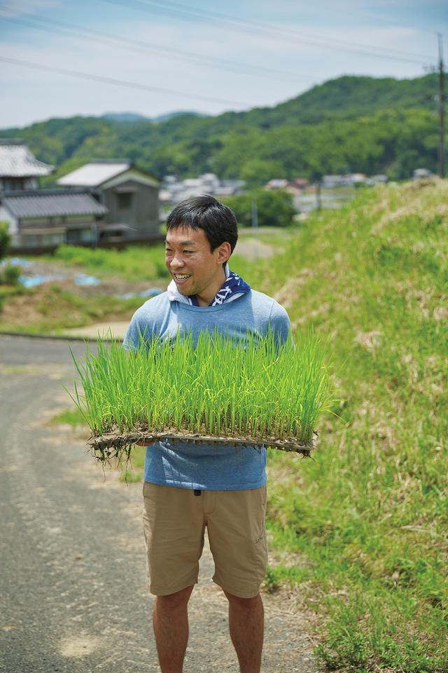 画像: 丸本酒造の田植えに参加する、日本酒応援団の古原。彼のおおらかで明るい人柄が「日本酒の輪」を広げていく ほかの写真を見る