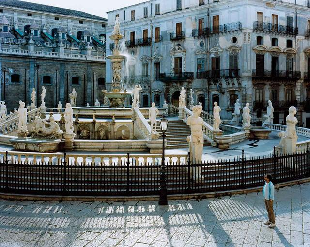 画像: パレルモにあるプレトリア 広場の噴水にて撮影されたベイダー。バカバカしさと低俗さを追究するコンセプチュアル・アーティストとして、高く評価されている ほかの写真をみる