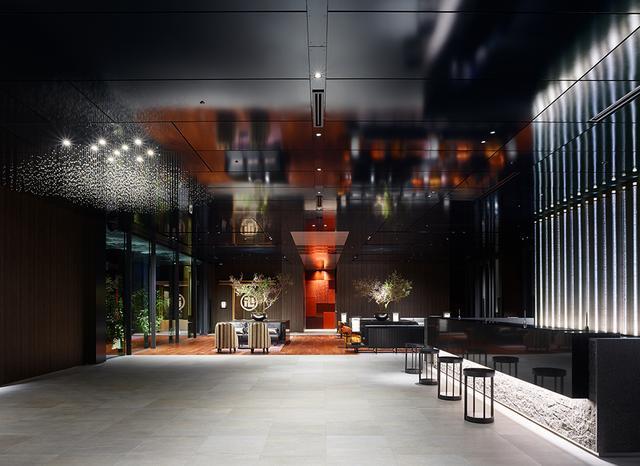 画像: 9階にあるホテルロビー。チェックイン・アウトはこちらで。左奥に見えるのが加賀料理料亭「日本橋浅田」の暖簾。右側のガラス窓の外には中庭がある ほかの写真をみる