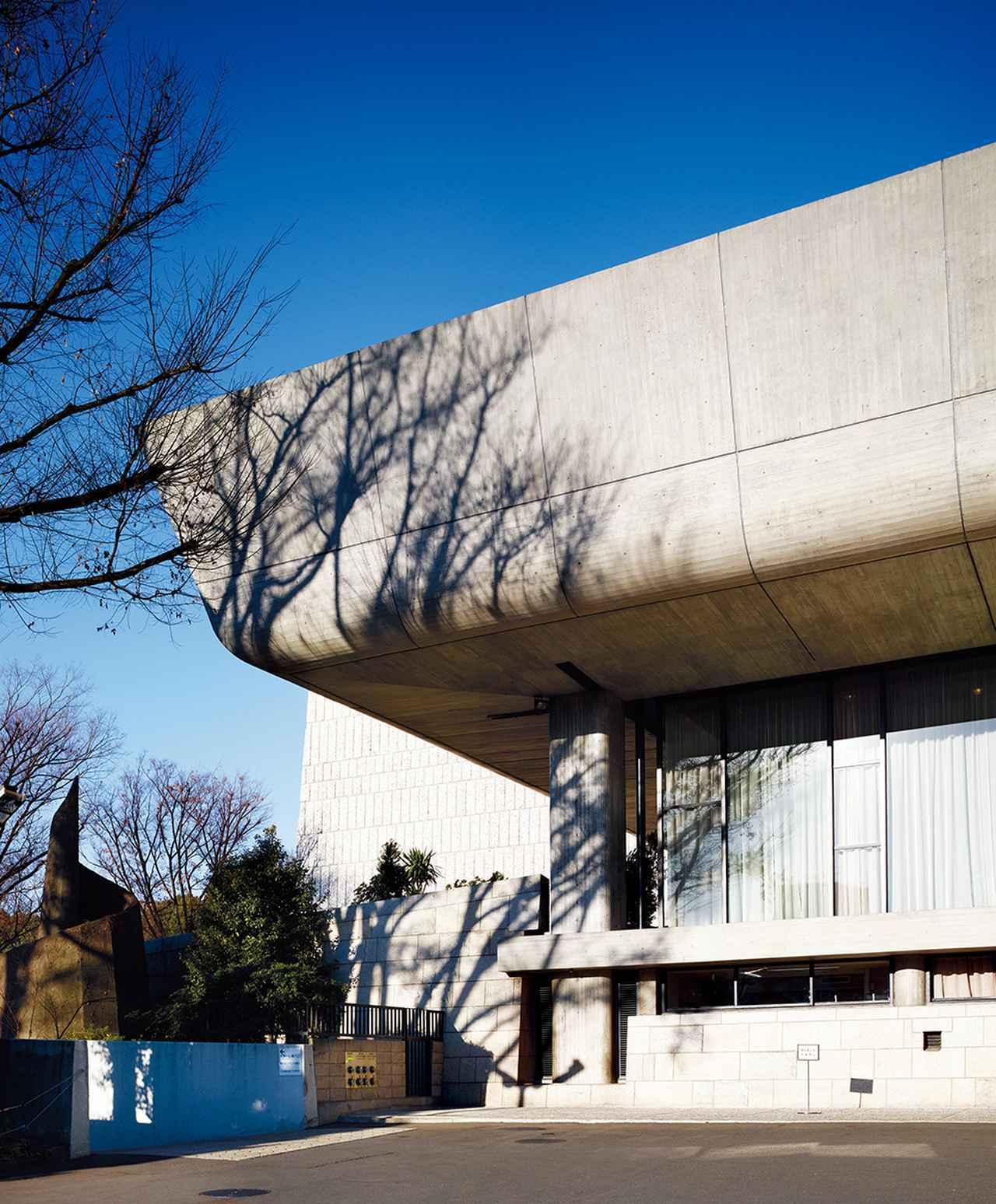 画像: ほかの写真をみる 〈国立西洋美術館〉と向かい合うように建つ前川國男設計の〈東京文化会館〉