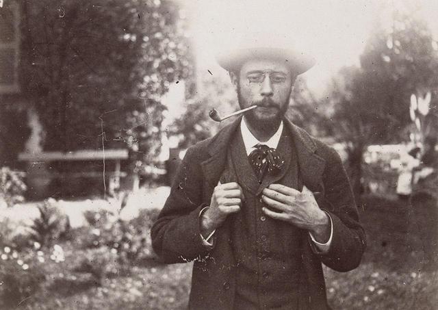 画像: ほかの写真をみる 《ル・グラン=ランスの庭で煙草を吸うピエール・ボナール》 1906年頃 モダン・プリント 6.5×9cm オルセー美術館 © RMN-GRAND PALAIS (MUSÉE D'ORSAY) / HERVÉ LEWANDOWSKI / DISTRIBUTED BY AMF