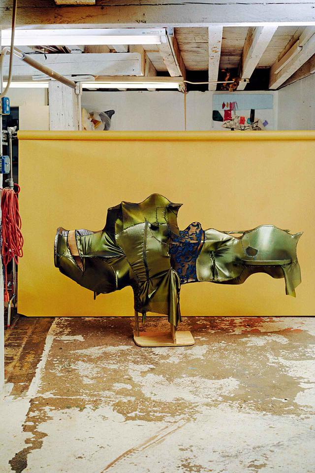 画像: まだタイトルがつけられていない新作で、直立式の棚。10月13日からのカーネギー・インターナショナルで展示