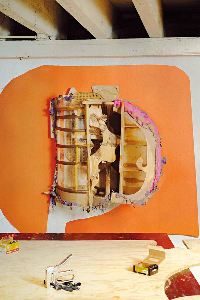 画像: 壁掛け式の、作りかけの作品。合板とプレキシガラス、布と発泡剤を組み合わせたもの