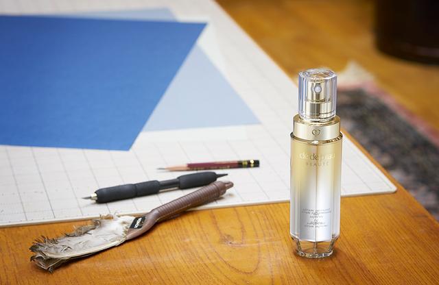 画像: 切り絵の制作に用いる道具はいたってシンプル。紙を切り抜く作業はもっぱら1本のカッターで行うという。今回、初めて使ってみたクレ・ド・ポー ボーテの美容液「セラムラフェルミサンS」は、「最近気になっていた自分の肌にしっかり向き合う、貴重な時間をくれました」
