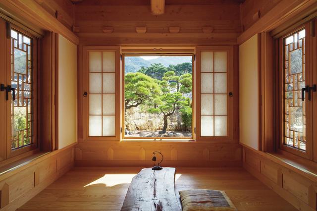 画像: 恩平韓屋村のほとんどの韓屋は、自然の地形を反映するように建てられている。この茶室の窓からは、赤松の木がまるで額縁で切り取ったようにくっきりと見える ほかの写真を見る
