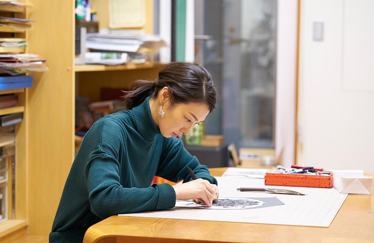 """Images : 1番目の画像 - 「Design My Life <Vol.3> 切り絵アーティスト・福井利佐さん 「内面がにじみ出る年代だからこそ 自分という""""本体""""を大切にしたい」」のアルバム - T JAPAN:The New York Times Style Magazine 公式サイト"""