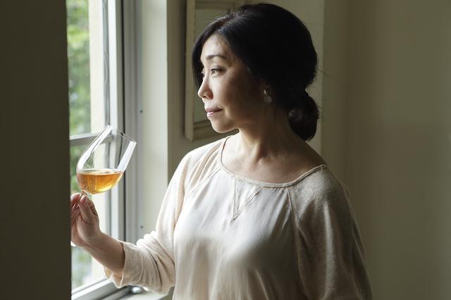 画像: 4月から回を重ねる平野さんの料理教室「cuisine et vin」。 平野さんのデモンストレーションを見ながら料理を一緒につくり、テーブルコーディネートしてワインと料理を楽しむ。平野さんによるワインやペアリング、チーズなどの解説も好評 cuisine et vin公式サイト