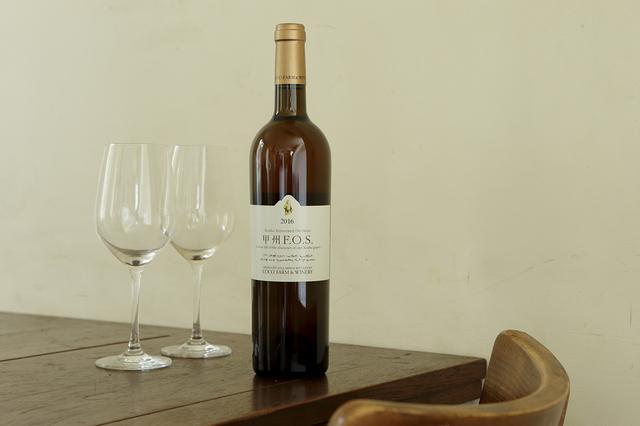 画像: 栃木県足利市にある「ココ・ファーム・ワイナリー」は、1984年からワインづくりをスタート。自家畑では化学肥料や除草剤をいっさい使わず、醸造もほとんどは野生酵母を用いているという。深いオレンジ色が美しい甲州F.O.Sは、複雑なアロマと心地いい渋みがあり、中国料理をはじめ幅広い料理と好相性 ココ・ファーム・ワイナリー 2016 甲州F.O.S <750ml>¥2,778 https://cocowine.com/ ※「ココ・ファーム・ワイナリー 2016 甲州F.O.S」は 「いまでや」オンラインストア で販売中