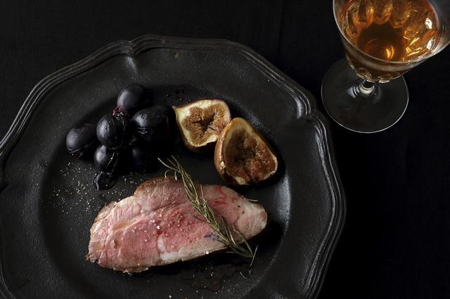 画像: 塩とこしょうだけのシンプルな味付けで、肉の旨みをたっぷり味わって。焼いたブドウやイチジクが、甘みとさわやかな酸味のある絶品ソースに! ほかにリンゴや栗もおすすめ