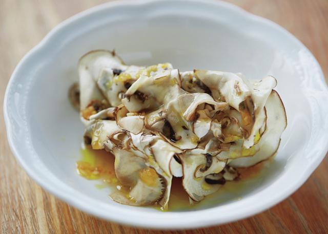画像: 「小鯛のヴァポーレ」。「このマッシュルームはトリュフより濃密な香りがします」 ほかの写真を見る