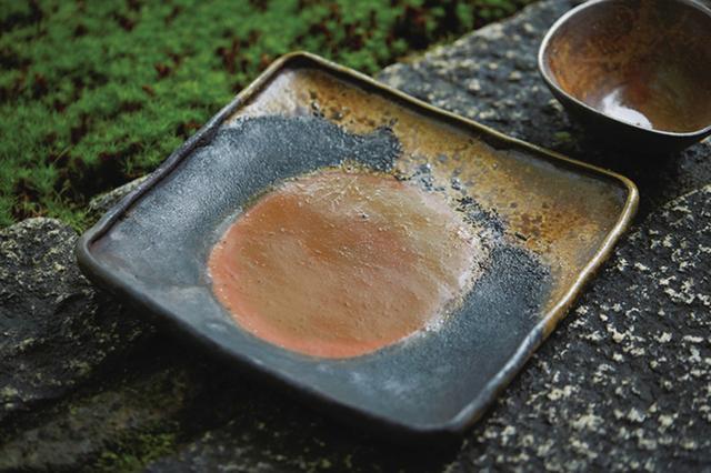 画像: 窯変四方皿。「備前焼の正統を守りながら、自分なりの新しい美を生み出したい」と伊勢㟢さん ほかの写真を見る